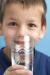 enfant avec verre d'eau